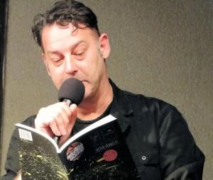 """Peter Verhelst leest voor uit  """"Wij totale vlam, Poëziecentrum (foto © EddyBonte)"""